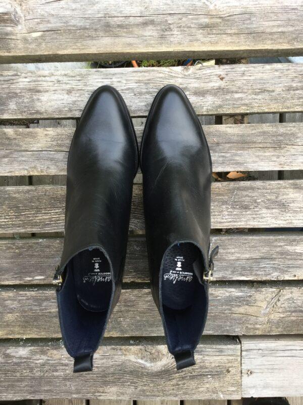 svarta spetsiga boots